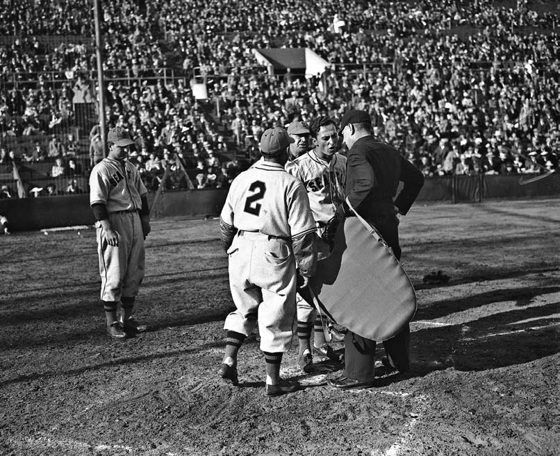has a word with the umpire in 1940. From left: Seattle Rainiers outfielder Frank Kelleher, coach Eddie Taylor, manager Jack Lelivet and Niemiec.